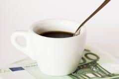Кофейная чашка на деньгах Стоковое Фото