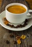 Кофейная чашка на деревянной предпосылке, вертикальной Стоковая Фотография