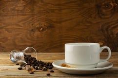 Кофейная чашка на деревянной предпосылке Стоковая Фотография RF