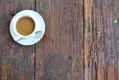 Кофейная чашка на деревянной таблице с предпосылкой таблицы стоковые фото