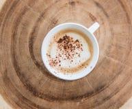 кофейная чашка на деревянном ежегодном кольце Стоковые Изображения RF