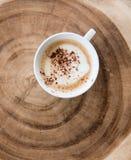 кофейная чашка на деревянном ежегодном кольце Стоковое фото RF