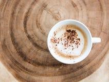 кофейная чашка на деревянном ежегодном кольце Стоковая Фотография