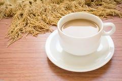 Кофейная чашка на деревянном столе стоковые фото