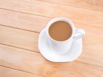Кофейная чашка на деревянном столе стоковая фотография