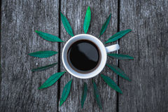Кофейная чашка на зеленом цвете выходит положение квартиры предпосылки Стоковая Фотография RF
