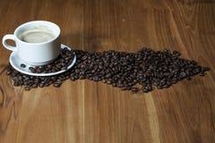Кофейная чашка на коричневой таблице стоковая фотография