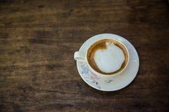 Кофейная чашка на коричневом деревянном столе Стоковые Изображения
