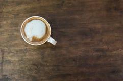 Кофейная чашка на коричневом деревянном столе Стоковая Фотография