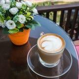 Кофейная чашка на коричневом деревянном столе Стоковые Изображения RF