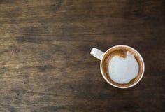 Кофейная чашка на коричневом деревянном столе Стоковое фото RF