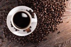Кофейная чашка на кофейных зернах Стоковая Фотография RF