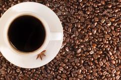 Кофейная чашка на кофейных зернах Стоковые Изображения RF