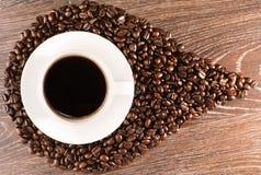 Кофейная чашка на кофейных зернах Стоковое Изображение RF