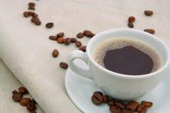 Кофейная чашка на мешковине Стоковые Фотографии RF