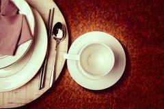 Кофейная чашка на обедать таблицы части стоковые изображения rf