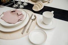 Кофейная чашка на обедать таблицы части стоковое изображение rf