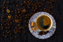 Кофейная чашка на предпосылке кофейных зерен Стоковые Изображения