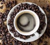 Кофейная чашка на столешнице Стоковые Фотографии RF