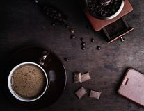 Кофейная чашка на темной деревянной предпосылке стоковое фото