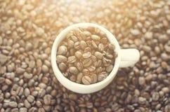 Кофейная чашка на фасоли Предпосылка от кофейных зерен Белая чашка Полная чашка Земледелие и семя Естественный свет Стоковые Фотографии RF