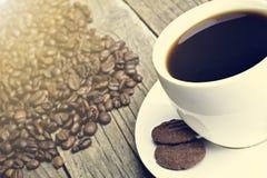 Кофейная чашка на фасоли Предпосылка от кофейных зерен Белая чашка Полная чашка Земледелие и семя Естественный свет Стоковое фото RF