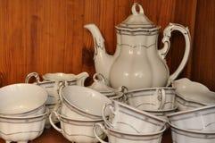 Кофейная чашка на деревянной полке Стоковое Фото