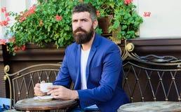 кофейная чашка одевая белизну утра мантии девушки зрелый человек с бородой ослабить в кафе подготавливайте на романтичная дата Зв стоковое фото