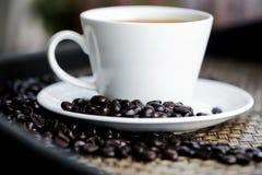 кофейная чашка одевая белизну утра мантии девушки Стоковая Фотография