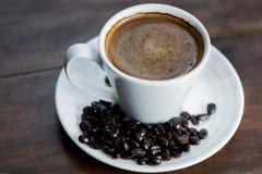 кофейная чашка одевая белизну утра мантии девушки Стоковое Изображение RF