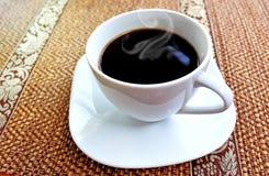 кофейная чашка одевая белизну утра мантии девушки Стоковая Фотография RF