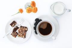 кофейная чашка одевая белизну утра мантии девушки Стоковые Фотографии RF