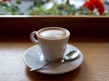 кофейная чашка одевая белизну утра мантии девушки Стоковые Изображения