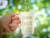 кофейная чашка одевая белизну утра мантии девушки Стоковое Изображение