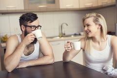 кофейная чашка одевая белизну утра мантии девушки Стоковые Изображения RF