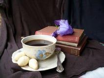 кофейная чашка одевая белизну утра мантии девушки стоковое фото rf