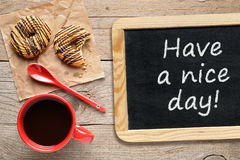 Кофейная чашка, печенья и доска Стоковые Фотографии RF