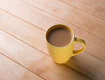 Кофейная чашка помещенная на деревянном поле. стоковая фотография