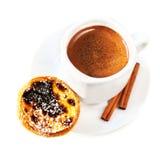 Кофейная чашка при десерт яичка кислый изолированный на белом cl предпосылки Стоковые Изображения RF