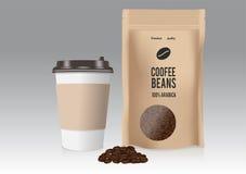 Кофейная чашка реалистического взятия отсутствующая бумажная и коричневая бумажная сумка с кофейными зернами также вектор иллюстр Стоковые Фото