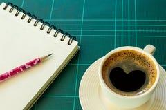 Кофейная чашка с бумагой и карандашем Стоковая Фотография