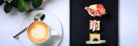 Кофейная чашка с искусством latte и букетом цветка Концепция дела Стоковые Изображения