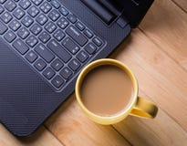 Кофейная чашка с компьютером. стоковое изображение rf