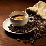 Кофейная чашка с кофейными зернами стоковые изображения