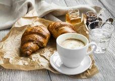 Кофейная чашка с круасантами Стоковая Фотография