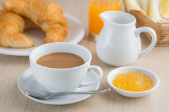 Кофейная чашка с круассанами и вареньем плодоовощ стоковое фото