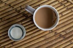 Кофейная чашка с молоком на деревянном столе Взгляд столешницы завтрака перемещения лета деревенский с питьем и молоком кофе Стоковые Фотографии RF