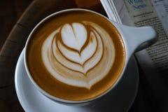 Кофейная чашка с сердцем в пене стоковое изображение rf