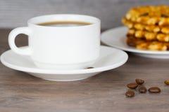 Кофейная чашка с стогом бельгийских круглых waffles Стоковые Изображения RF