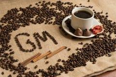 Кофейная чашка с сырцовыми фасолями на мешковине стоковое фото rf